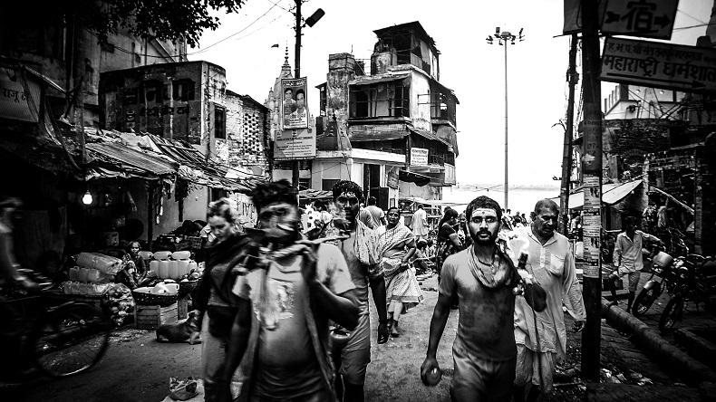 インド・ヴァラナシの雑踏、モノクロ写真