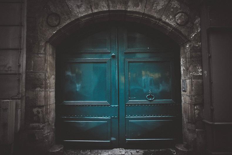 頑強な石造りの壁と、重そうな鉄製の青いドア