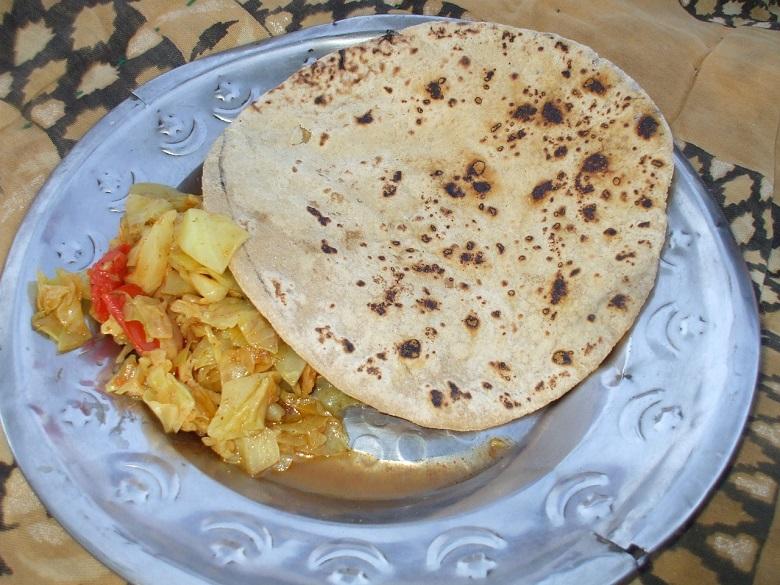 シルバーのお皿に盛られたカレーとチャパティ