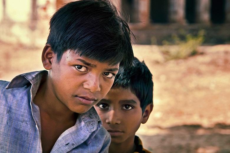 インド人の少年二人。一人は鋭い目でこちらを見ている。