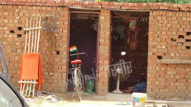 レンガの家とインドの国旗を掲げた自転車