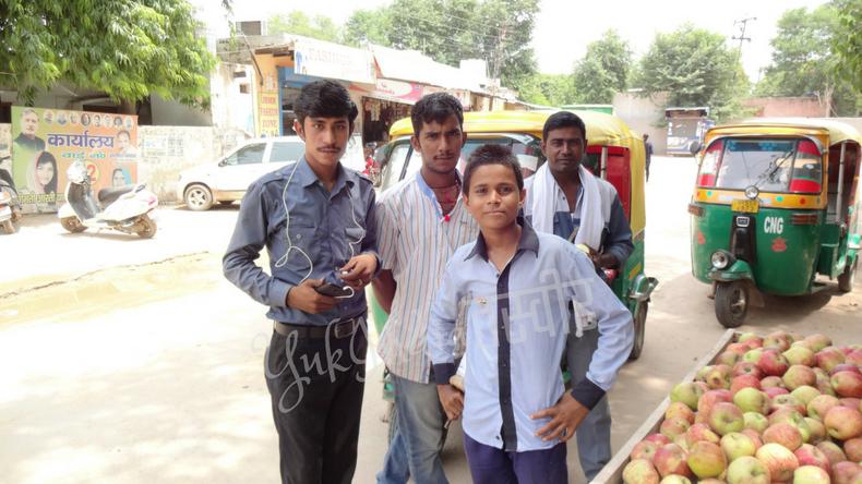インド人の若者4人組