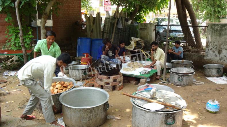 独立記念日に公園で炊き出しをしているインド人男性たち