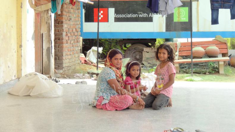 地べたに座り込むインド人母と娘2人