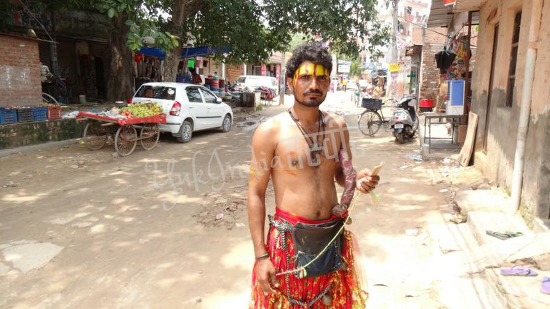 上半身裸で額にペイントをしたヒンドゥ教のサドゥ