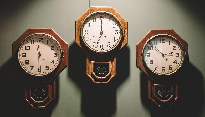 それぞれ違う時間を指したレトロな振り子時計が三つ並んでいる