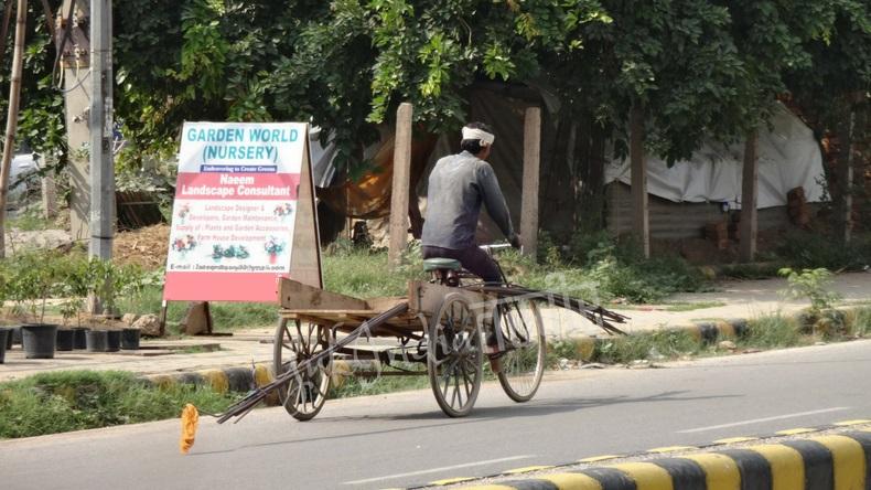 工事用の鉄筋を運ぶ自転車