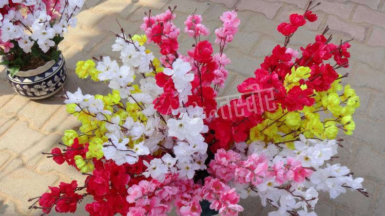 白・ピンク・赤・黄色の梅の花のような造花たち