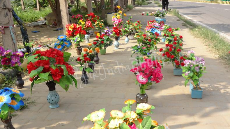 色とりどりの造花が路上に並んでいる様子