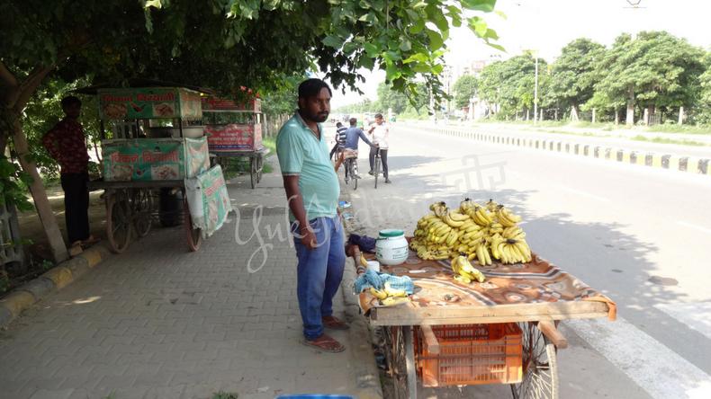 路上でバナナを売るインド人のおじさん