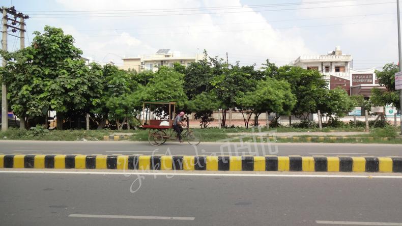 自転車で露店用の骨組みを運ぶ自転車