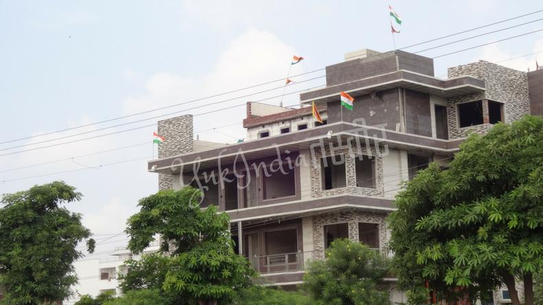建築中の家の屋上にたくさんのインド国旗