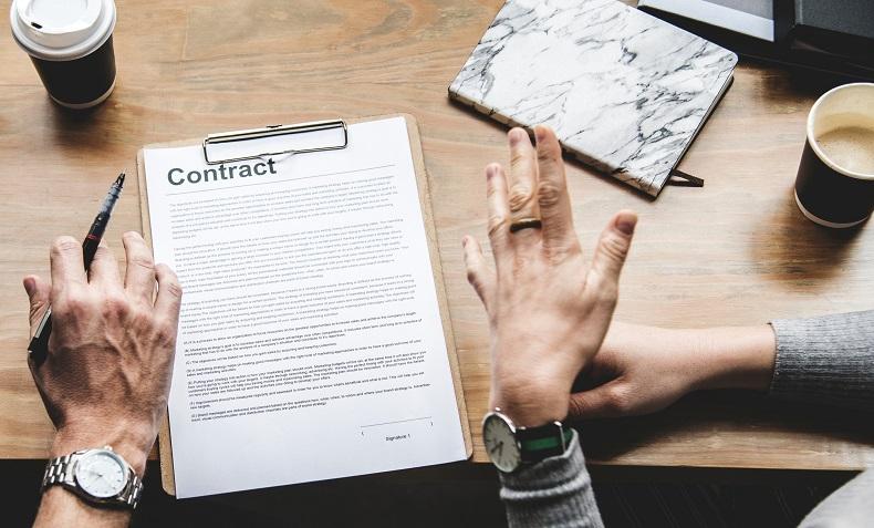 契約書を前に相談する二人の手