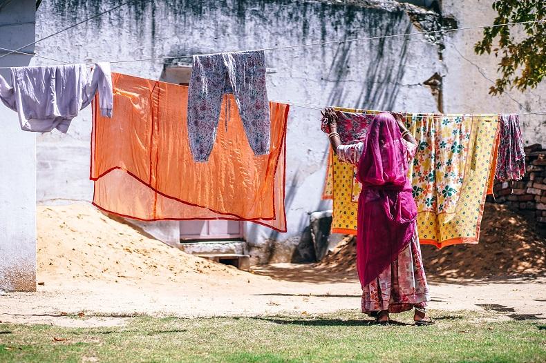 洗濯物を干すインドのメイドさんの後ろ姿
