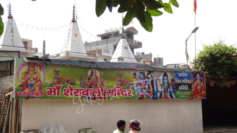 ヒンドゥー教のお寺の外壁に掛けられた神様が何人も描かれた看板