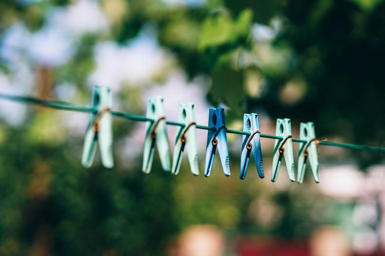 洗濯紐に並ぶ洗濯バサミ