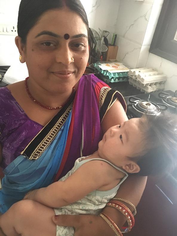 赤ちゃんを抱いて微笑むインド人女性