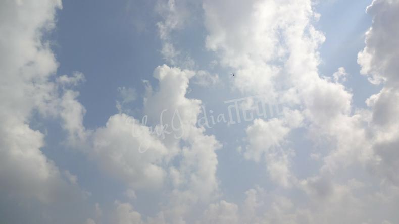 空に拡がる白い雲