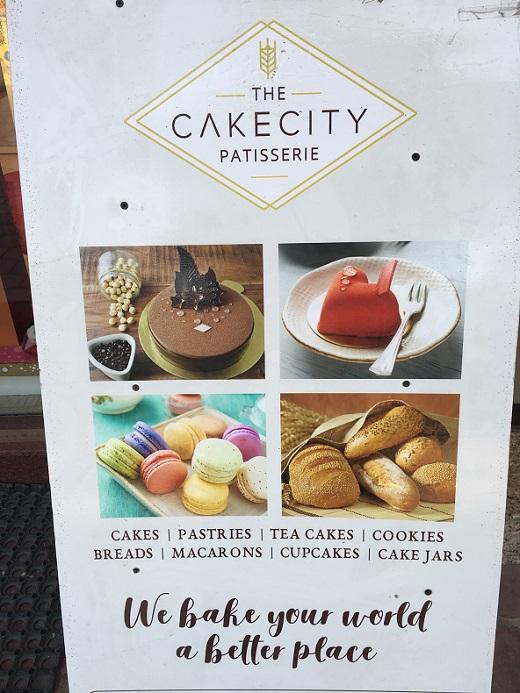 インドのグルガオンGalleriaにあるケーキ屋さんの看板