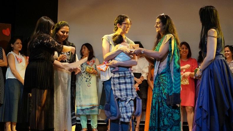 インドのアメリカンスクールでスーパーマムコンテストの表彰を受けるもにゃみ