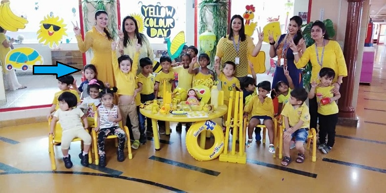 インドのアメリカンスクールで黄色の日のお祝いをする子どもたち