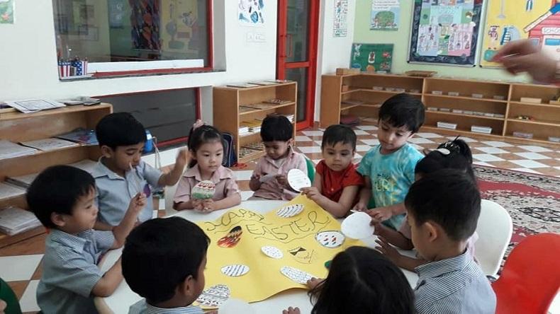 インドのアメリカンスクールで円卓を囲む児童たち