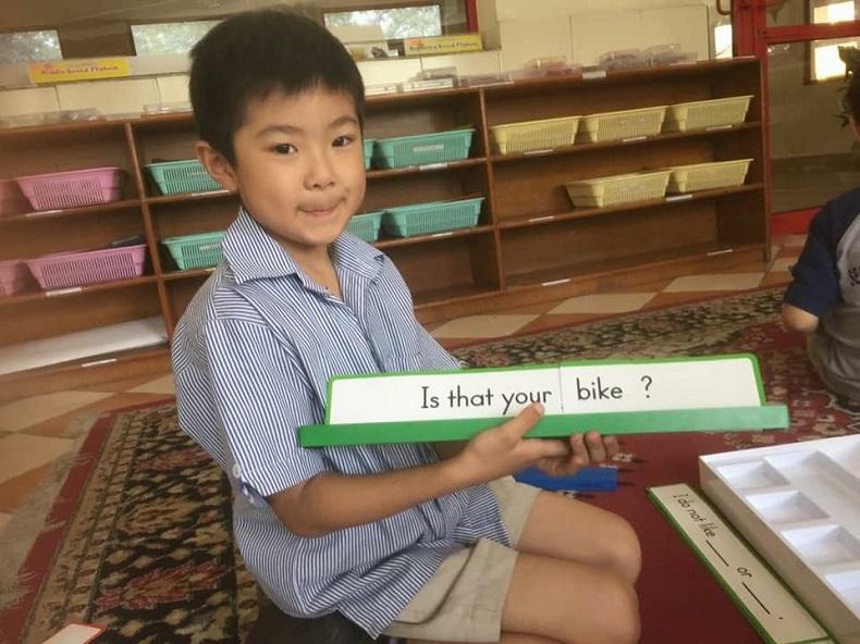 インドのアメリカンスクールで英語の勉強をする男児