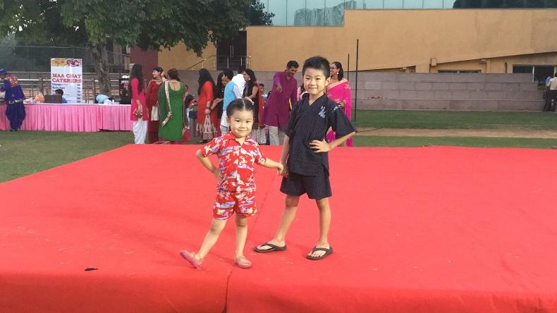 インドのアメリカンスクールでファッションショーのステージに上る兄妹