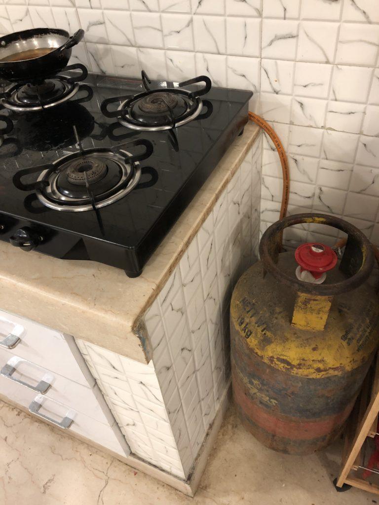 インドのキッチンに無造作に置かれたガスボンベ
